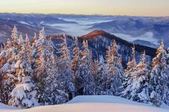 Bon hiver dans les montagnes image stock