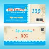 Bon ou carte cadeaux de cadeau dans le thème d'été avec la plage et la mer pour Images stock