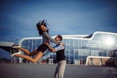 Bon temps d'homme et de femme à l'aéroport Image libre de droits