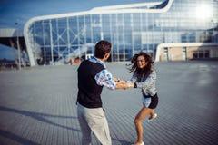 Bon temps d'homme et de femme à l'aéroport Image stock
