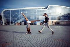 Bon temps d'homme et de femme à l'aéroport Photo stock