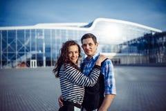 Bon temps d'homme et de femme à l'aéroport Photographie stock