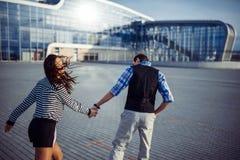 Bon temps d'homme et de femme à l'aéroport Images libres de droits