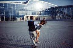 Bon temps d'homme et de femme à l'aéroport Photos stock
