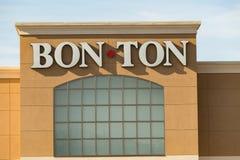 Bon-Ton Sign på yttre detaljistläge royaltyfria bilder