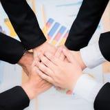 Bon travail d'équipe, stratégie de lieu de travail, hommes d'affaires se réunissant pour discuter Photographie stock libre de droits