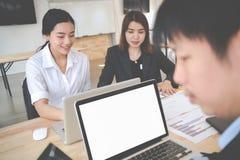 Bon travail d'équipe, stratégie de lieu de travail, hommes d'affaires se réunissant pour discuter Photographie stock
