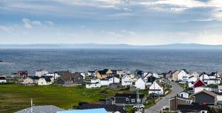 Bona景色,纽芬兰,加拿大,在晚夏阴云密布天 沿着海的小村庄社区 免版税库存图片