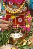Bonam som tas till templet Arkivfoto