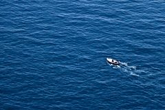 Bonassola, κοντά σε Cinque Terre, Λιγυρία 03/31/2019 Ένα αλιευτικό σκάφος στην μπλε θάλασσα κοντά στα πέντε εδάφη στοκ εικόνα