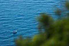 Bonassola, perto de Cinque Terre, Liguria 03/31/2019 Um barco de pesca no mar azul perto das cinco terras imagem de stock royalty free