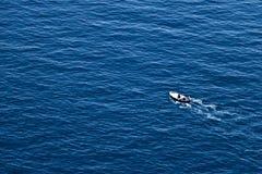 Bonassola, perto de Cinque Terre, Liguria 03/31/2019 Um barco de pesca no mar azul perto das cinco terras imagem de stock