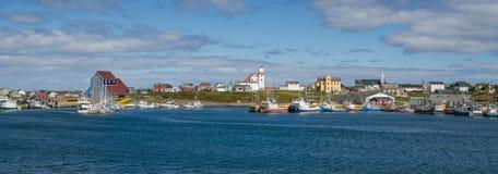 从Bonavista的明信片,纽芬兰渔村在镇静沿海水域的天看见小船休息 免版税图库摄影