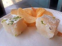 Bonbon à noix de coco et pommes chips Images stock