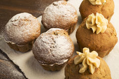 Bonbon, üppige kleine Kuchen mit Sahne und abgewischt mit Puderzucker Lizenzfreie Stockbilder