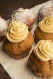 Bonbon, üppige kleine Kuchen mit Sahne und abgewischt mit Puderzucker lizenzfreie stockfotos
