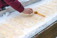 Bonbon au caramel à érable sur la neige à Montréal photographie stock
