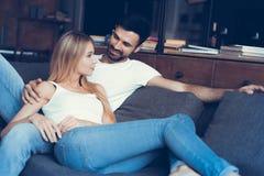 Bonbon dans des couples d'amour rêvant de leur avenir Photographie stock