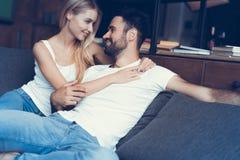 Bonbon dans des couples d'amour rêvant de leur avenir Photo libre de droits