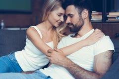 Bonbon dans des couples d'amour rêvant de leur avenir Photographie stock libre de droits