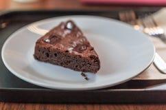 Bonbon de gâteau de Browny sur le plat blanc Images libres de droits