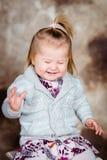 Bonbon, der kleines Mädchen mit dem blonden Haar und den geschlossenen Augen lacht Lizenzfreies Stockbild