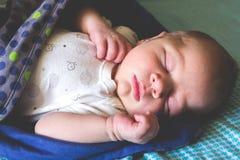 Bonbon ein altes neugeborenes Baby des Monats schläft Stockfoto