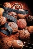 Bonbon fatti a mano di lusso assortiti del cioccolato immagini stock libere da diritti