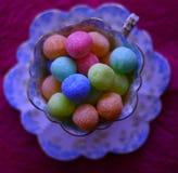 Bonbon Multicoloured in un tazza da the antiquato Fotografia Stock