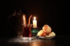 Bonbon und Kerze stockbild