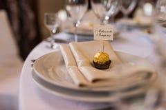 Bonbonniere свадьбы с местом имени в ем лежа на белой плите Стоковое Изображение RF