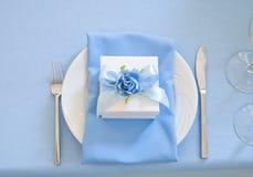 Bonbonniere godis-ask och servett på maträtt Arkivfoto