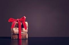 Bonbons à chocolat avec le ruban rouge sur le fond foncé pour le jour du ` s de Valentine Images stock