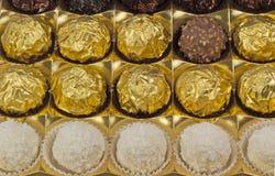Bonbons à chocolat dans la boîte sur le fond blanc. Images stock