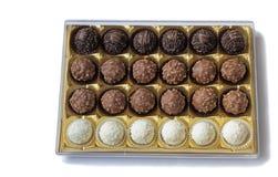 Bonbons à chocolat dans la boîte sur le fond blanc. Photos stock