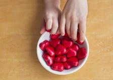 Bonbons à foyer de chocolat et mains childern Images libres de droits