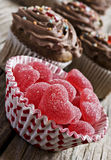 Bonbons à gelée de coeur et gâteaux rouges de chocolat Images stock