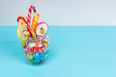 Bonbons à mâcher, lucettes avec la canne de sucrerie et sucreries de gelée dans t Photos stock