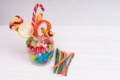 Bonbons à mâcher, lucettes lumineuses avec la canne de sucrerie et candi de gelée Photo libre de droits