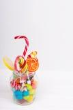 Bonbons à mâcher savoureux, lucettes lumineuses avec la canne de sucrerie et gelée Image libre de droits