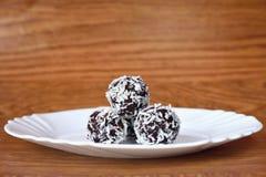 Bonbons à Noël d'un plat - boules de rhum en noix de coco Bonbons tchèques faits main faits maison traditionnels Photo stock