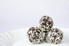 Bonbons à Noël d'un plat - boules de rhum en noix de coco Bonbons tchèques faits main faits maison traditionnels Photos stock