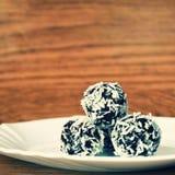 Bonbons à Noël d'un plat - boules de rhum en noix de coco Bonbons tchèques faits main faits maison traditionnels Photographie stock libre de droits