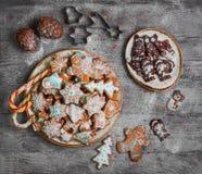 Bonbons à Noël faisant des biscuits cuire au four de pain d'épice Photos libres de droits