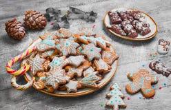 Bonbons à Noël faisant des biscuits cuire au four de pain d'épice Photo stock