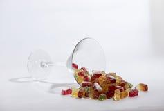 Bonbons à sucrerie dans un grand verre tombé plus de photographie stock libre de droits