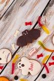 Bonbons à vacances de Halloween sur le fond en bois photos stock