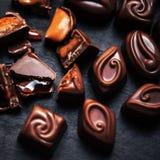 Bonbons au chocolat étroits sur le fond foncé Bonbons au chocolat, Photo stock