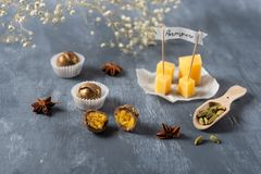 Bonbons au chocolat avec du fromage et parmisan sur le fond Sucreries délicieuses pour le gourmet image stock