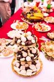 Bonbons au chocolat blancs et bruns du plat images stock